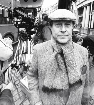 roeg-nicolas-003-to-camera-tweed-jacket-scarf-cap